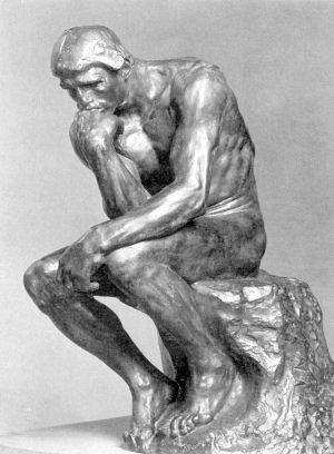 Escultura de Rodín enmarca a un hombre pensante.