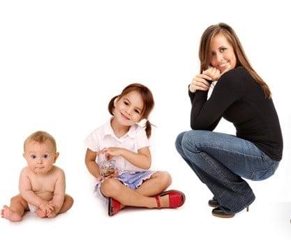 La imagen refleja los ejemplos de antónimos graduales, bebé (niña) adulta. Porque existe un proceso lento. Lo contrario de adulto es bebé pero para llegar a ser un adulto se pasa por la niñez y adolescencia.