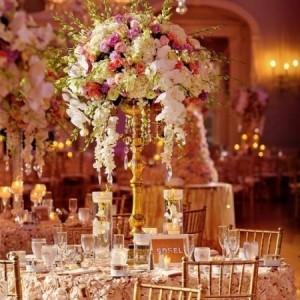Original arreglo para las mesas de los invitados con rosas delicadamente entrelazadas que elevan el romanticismo.