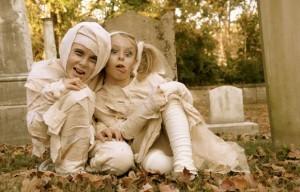 Juguetonas momias en disfraces de halloween.